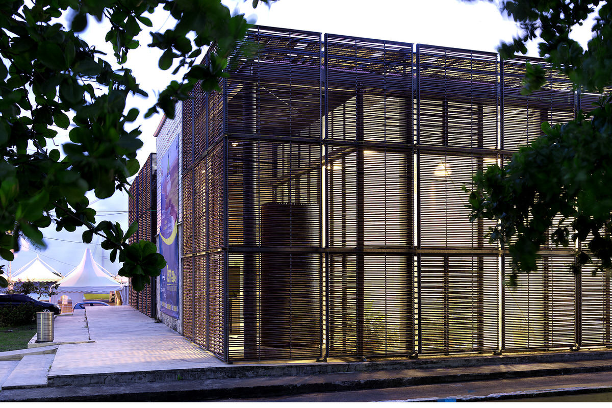 1.HQ Communante_0072-modern-wood-screen-exterior