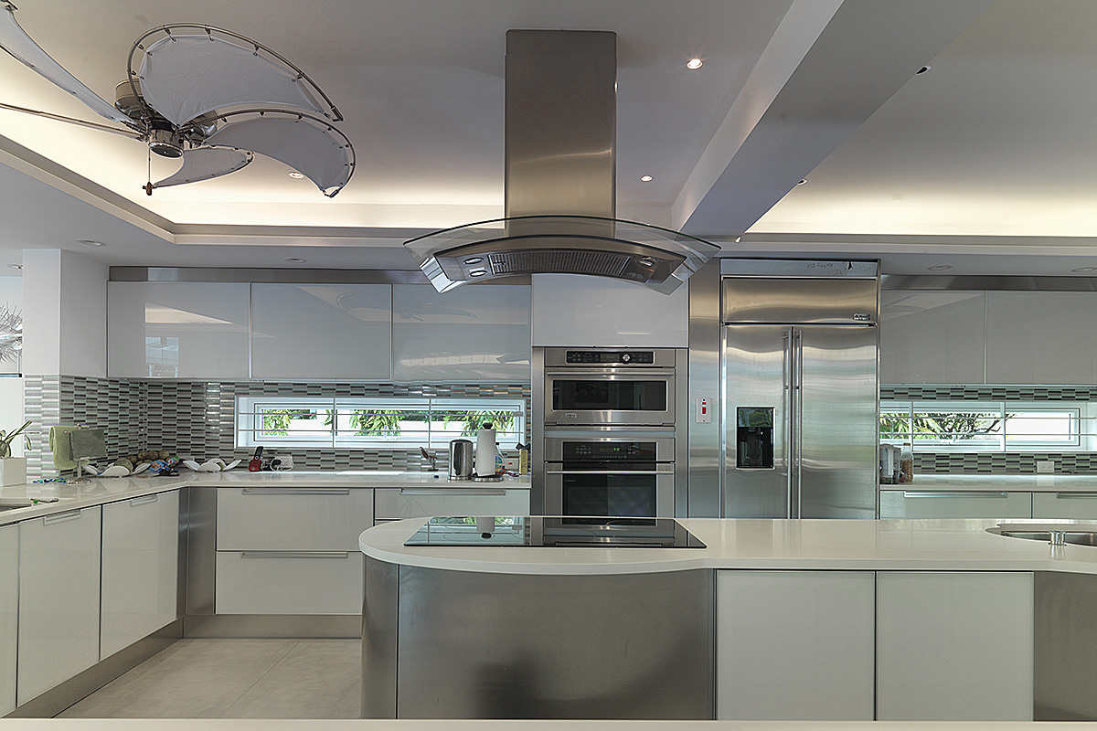 The minimalist kitchen in silver and white