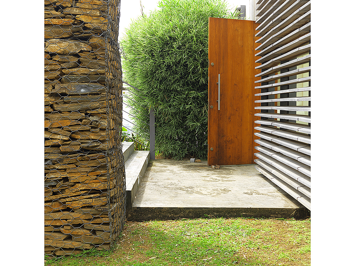 modern-hillside-house-materials-stone-timber-sunscreens