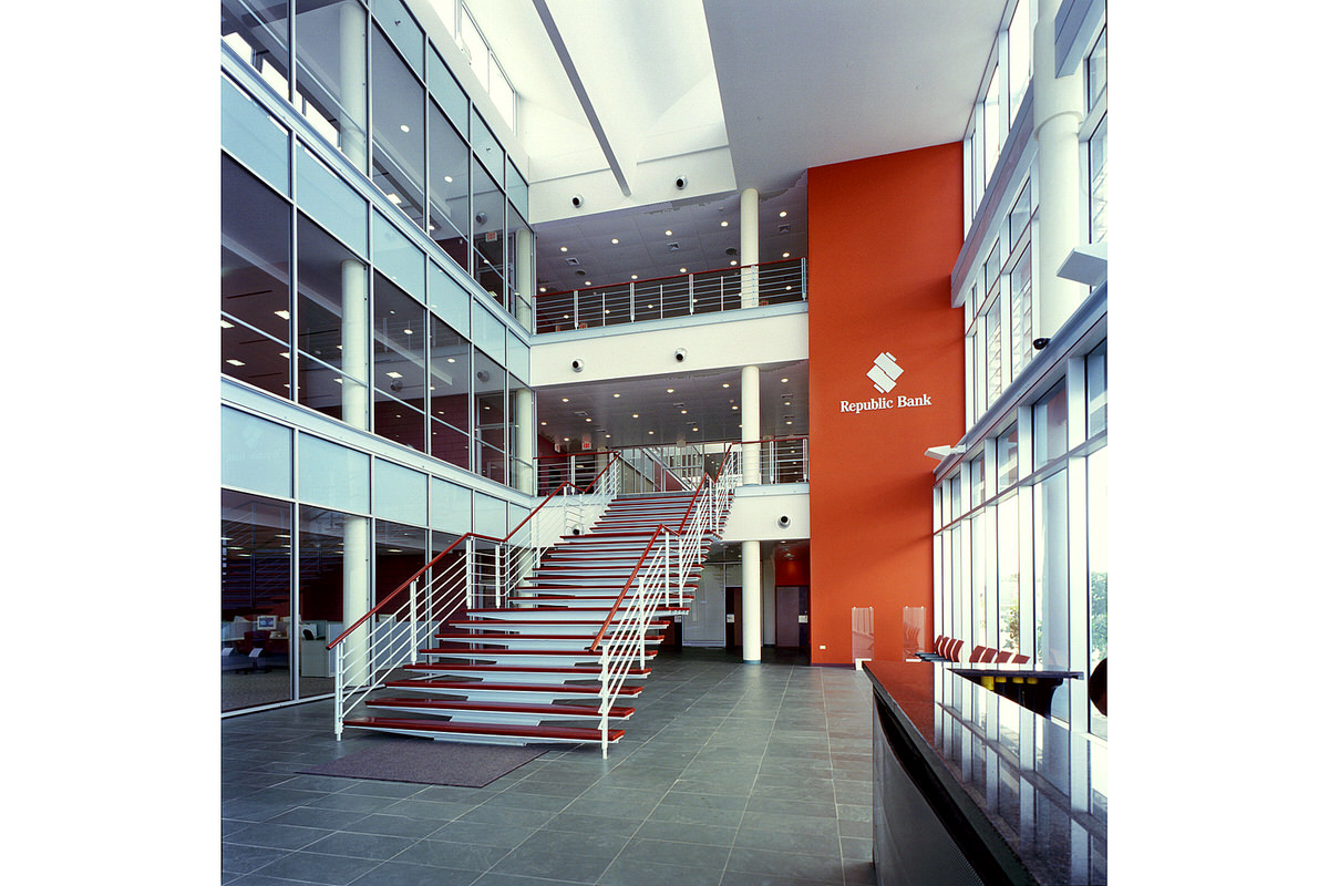 3-acla-works-open-office-lobby-staircase