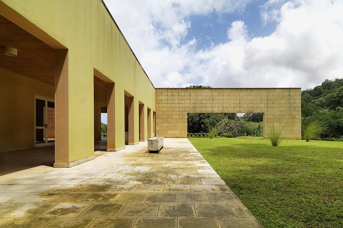3-domaine-d-emeraude-limestone-wall-concrete
