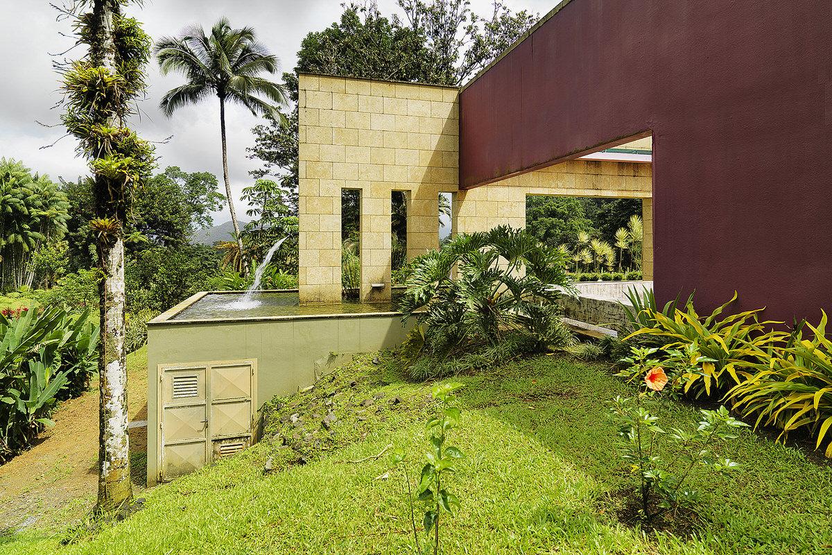 4-domaine-d-emeraude-limestone-wall-fountain-pool-on-roof