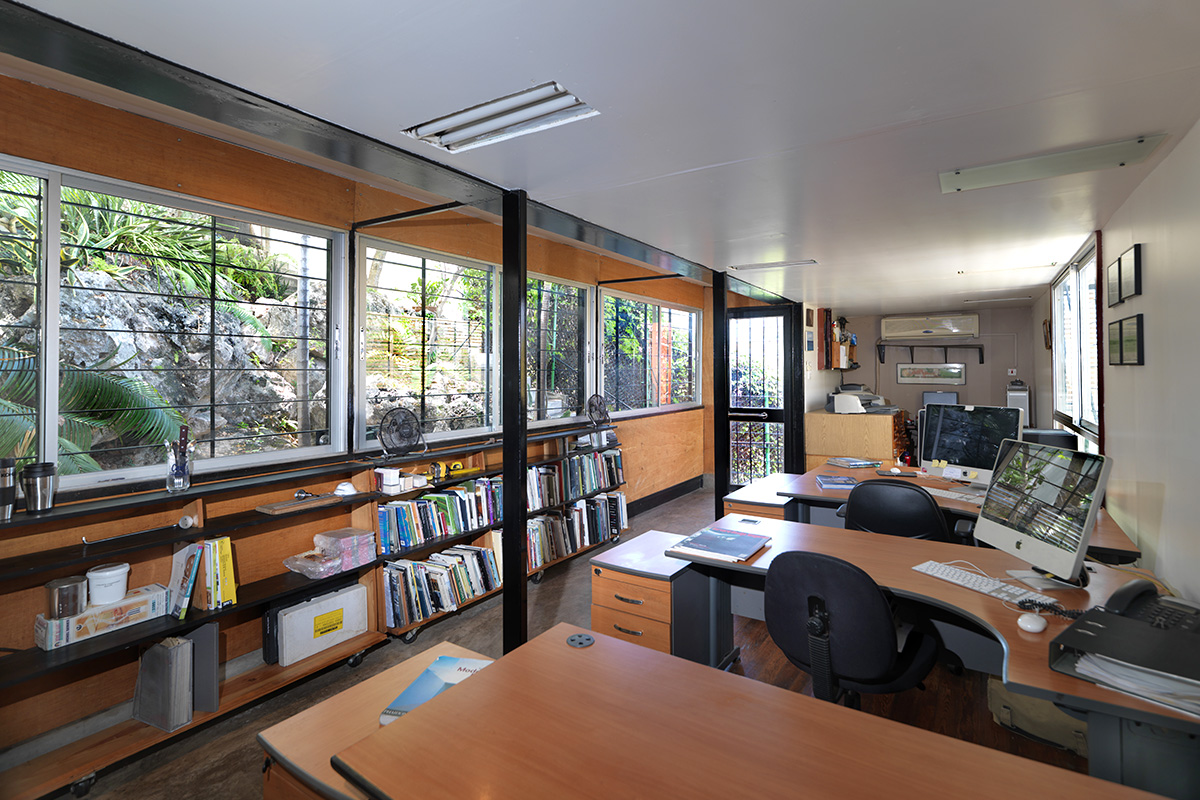 05_shipping-container-architecture-office-interior